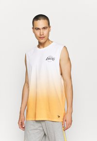 New Era - LOS ANGELES LAKERS NBA DIP DYE SLEEVELESS TEE - Club wear - white/yellow - 0