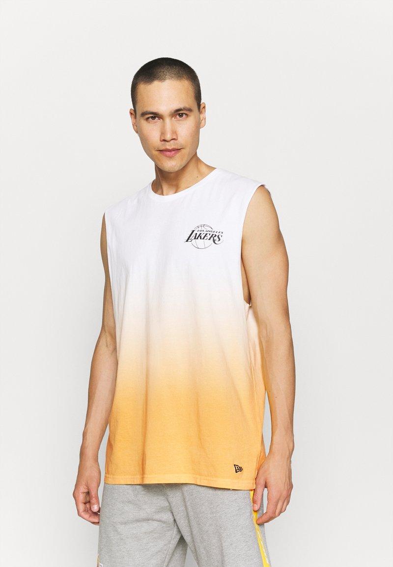 New Era - LOS ANGELES LAKERS NBA DIP DYE SLEEVELESS TEE - Club wear - white/yellow