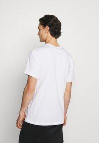Nike Sportswear - TEE MULTIBRAND - T-shirt med print - white - 2