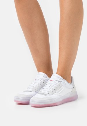 CLUB C LEGACY - Sneakers basse - footwear white/silver metallic/cherry