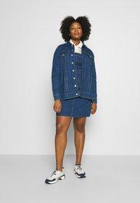 Vero Moda Curve - VMEBBE LONG JACKET - Giacca di jeans - medium blue denim - 1