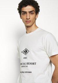 Han Kjøbenhavn - ARTWORK TEE - Print T-shirt - white/black - 3