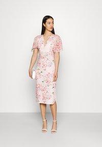 WAL G. - SALUD FLORAL PRINT MIDI DRESS - Sukienka z dżerseju - pink - 1