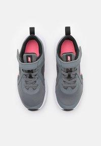 Nike Performance - DOWNSHIFTER 10 UNISEX - Zapatillas de running neutras - smoke grey/sunset pulse/black/white - 3