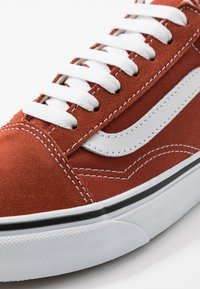 Vans - OLD SKOOL UNISEX - Sneakers laag - picante/true white - 6