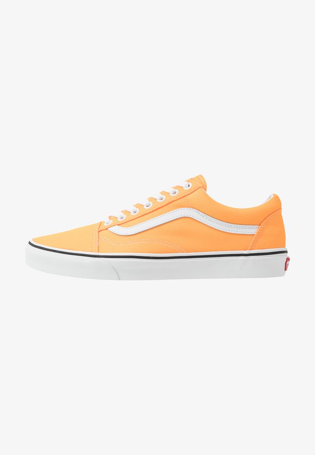 OLD SKOOL UNISEX - Trainers - neon blazing orange/true white