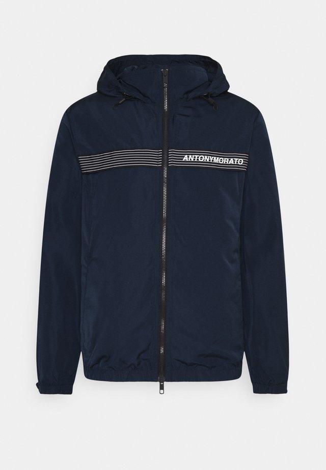 COAT REGULAR FIT IN TECHNO MEMORY - Summer jacket - avio blu
