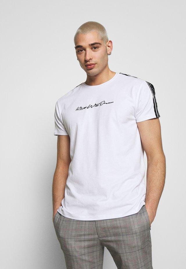 KINGS WILL DREAM - Print T-shirt - white