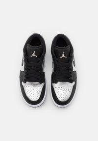 Jordan - AIR 1 SE - Zapatillas - black/metallic silver/white - 7