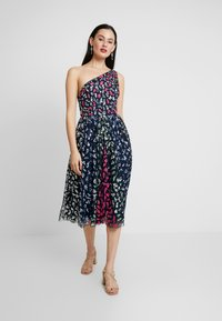 Maya Deluxe - EMBELLISHED ONE SHOULDER MIDI DRESS - Koktejlové šaty / šaty na párty - multi - 2
