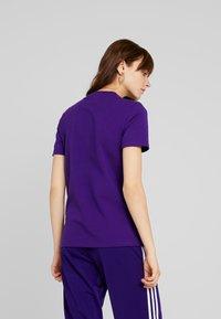 adidas Originals - ADICOLOR TREFOIL GRAPHIC TEE - T-shirt z nadrukiem - collegiate purple - 2