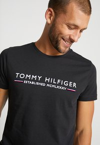 Tommy Hilfiger - ESSENTIAL TEE - Print T-shirt - black - 3