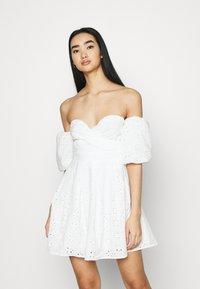 NA-KD - EMBROIDERED MINI DRESS - Vestito elegante - white - 0