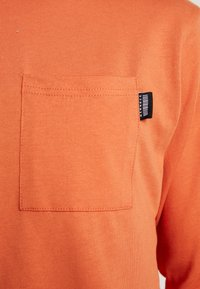 Mennace - ESSENTIAL SIGNATURE POCKET  - Long sleeved top - orange - 5