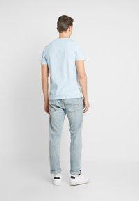 Lyle & Scott - CONTRAST POCKET - T-shirt med print - pool blue/navy - 2
