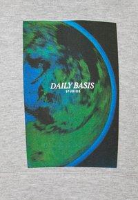 Daily Basis Studios - PHOTO HOOD UNISEX - Sweatshirt - grey marl - 2