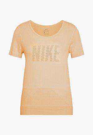 W NK INFINITE TOP SS GX - T-shirts med print - topaz gold