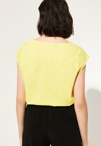 comma casual identity - MIT V-NECK - Print T-shirt - yellow - 1
