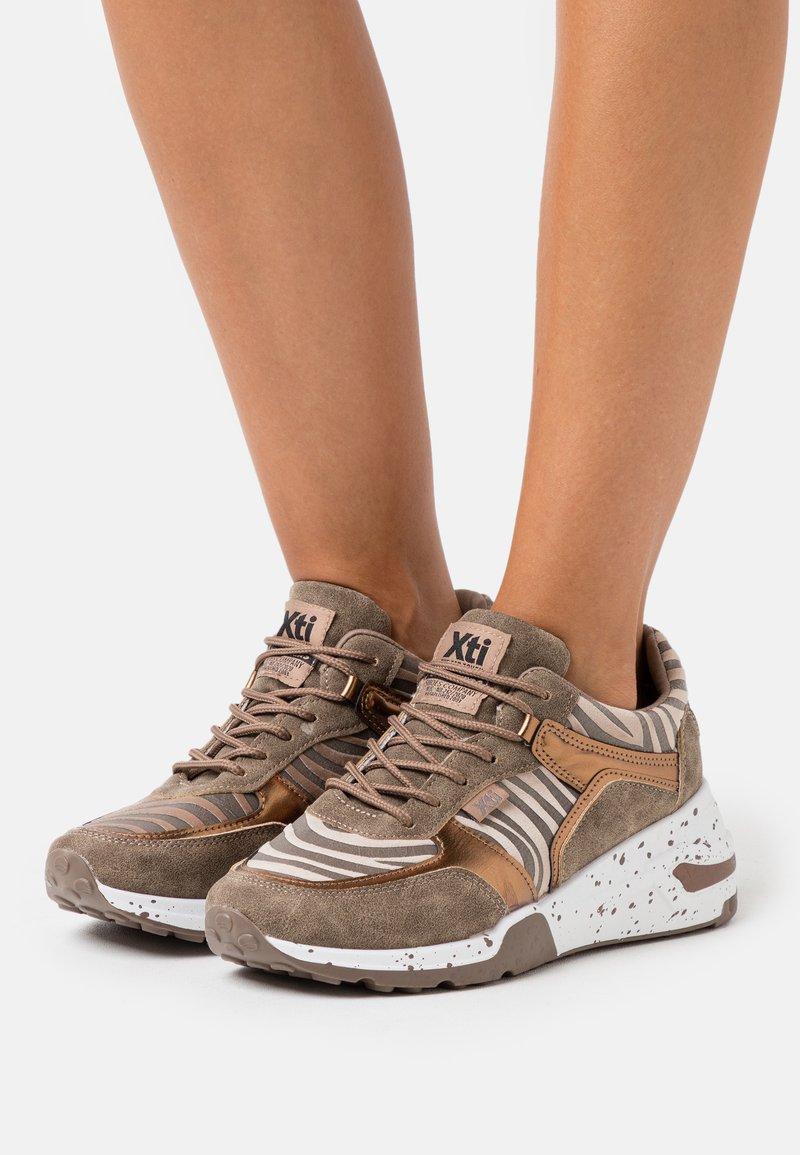 XTI - Zapatillas - bronze