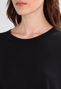 Weekday - HUGE - Basic T-shirt - black - 4