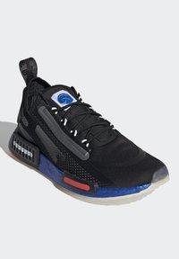 adidas Originals - NMD_R1 SPECTOO UNISEX - Sneakers - core black/solar red - 2