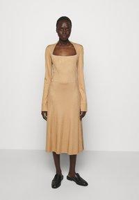 Libertine-Libertine - SUCH - Denní šaty - camel - 0
