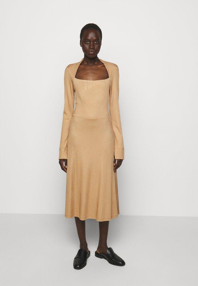 SUCH - Denní šaty - camel
