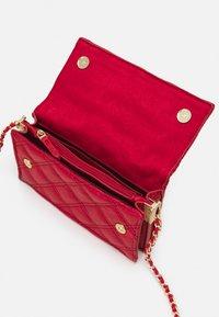 PARFOIS - CROSSBODY BAG HEARTS - Taška spříčným popruhem - red - 2