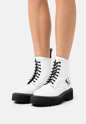 PATROL BRUSH LOGO HI LACE - Kotníkové boty na platformě - white