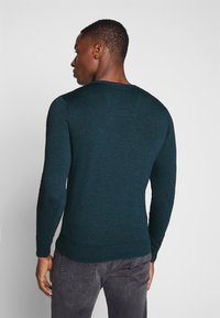 TOM TAILOR - BASIC VNECK - Jersey de punto - deep pond green - 2
