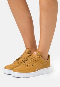 Nike Sportswear - AIR FORCE 1 - Sneakers laag - wheat/sunset pulse/black - 0