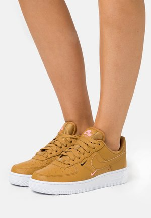 AIR FORCE 1 - Sneakersy niskie - wheat/sunset pulse/black