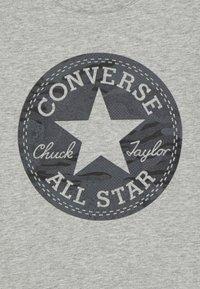 Converse - SHORT SLEEVE CHUCK PATCH GRAPHIC UNISEX - T-shirt imprimé - dark grey heather - 2