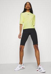 Nike Sportswear - T-shirt imprimé - light zitron/black - 4