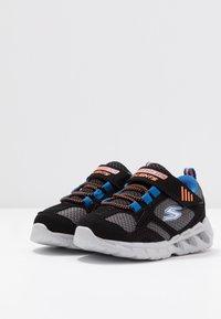 Skechers - MAGNA LIGHTS - Tenisky - black/gray/orange/blue - 3