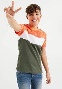 WE Fashion - MET COLOURBLOCK - Print T-shirt - red - 1