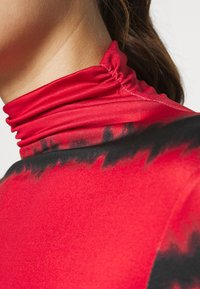 Who What Wear - RUCHED TURTLENECK - Long sleeved top - red tie dye - 5