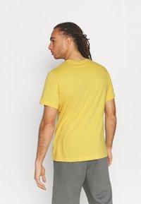Nike Performance - TEE TRAINING - Print T-shirt - solar flare - 2