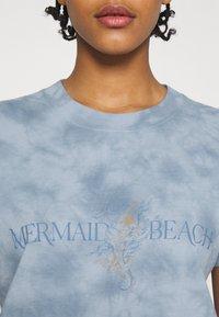Cotton On - CLASSIC TEE - Print T-shirt - mermaid beach/washed blue - 5