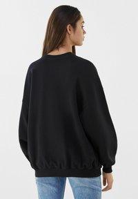 Bershka - MIT MANGA-PRINT - Sweatshirt - black - 2