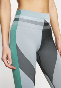 Nike Performance - SEAMLESS SCULPT 7/8 - Leggings - grey fog/black/white - 4