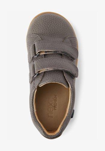 Zapatos con cierre adhesivo