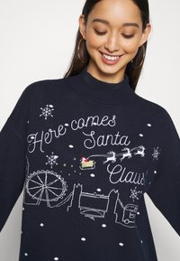Fashion Union - CHRISTMAS HERE COMES SANTA CLAUS - Jumper - navy - 4