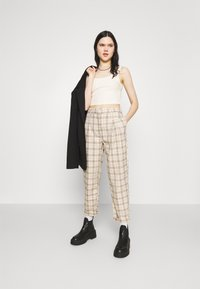 Monki - TYRA TROUSERS - Trousers - mini grid - 1