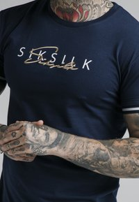 SIKSILK - SIGNATURE TEE - Camiseta estampada - navy - 4