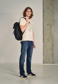 Levi's® - WELLTHREAD 502™ - Jeans straight leg - high tide indigo - 3