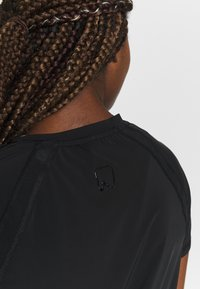 ONLY Play - ONPPERFORMANCE TRAINING LOOSE - T-shirt basic - black/red - 4