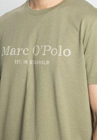 Marc O'Polo - SHORT SLEEVE CLASSIC INSIDE CHEST PRINT - Triko spotiskem - avery fern - 4