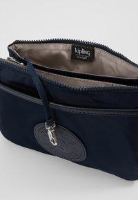 Kipling - RIRI - Taška spříčným popruhem - true blue twill - 5