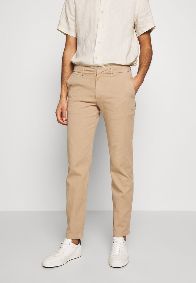 DENNIS JOHANSEN PANT - Chinos - roasted grey khaki